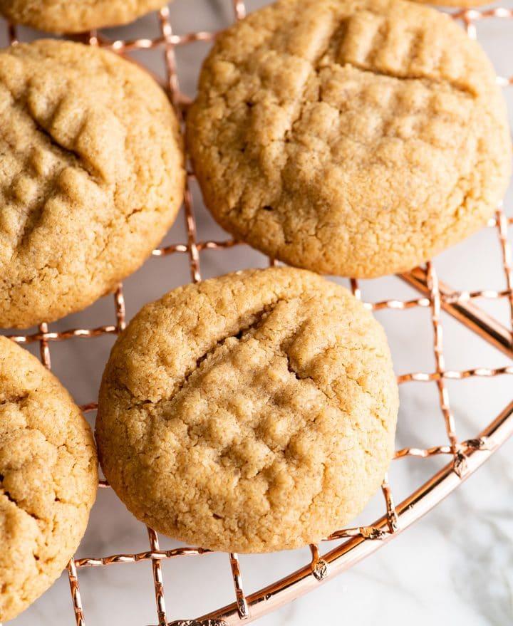 вид сверху на 4 печенья с арахисовым маслом без муки на охлаждающей стойке