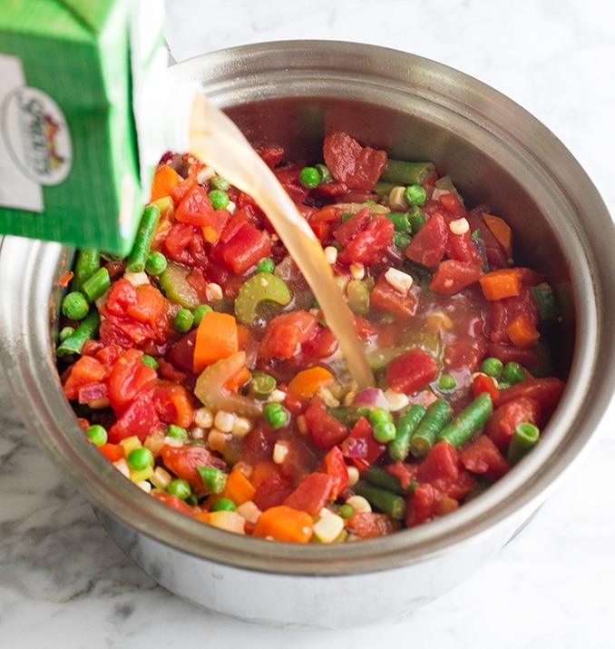 Фотография вида спереди, показывающая, как приготовить овощной суп
