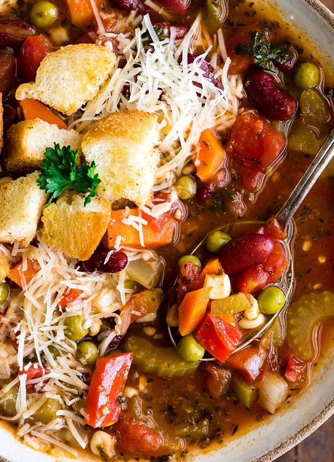 вид сверху овощной суп на ложке в миске крупным планом